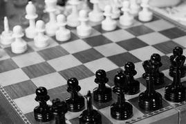 マーケティングとは戦略、戦略とは「裏をかく」こと